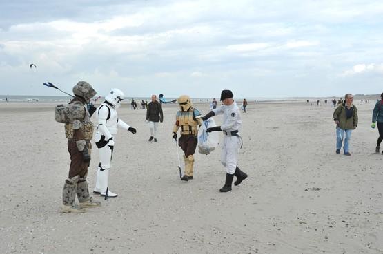 Met elkaar het strand van Wijk aan Zee afspeuren naar afval