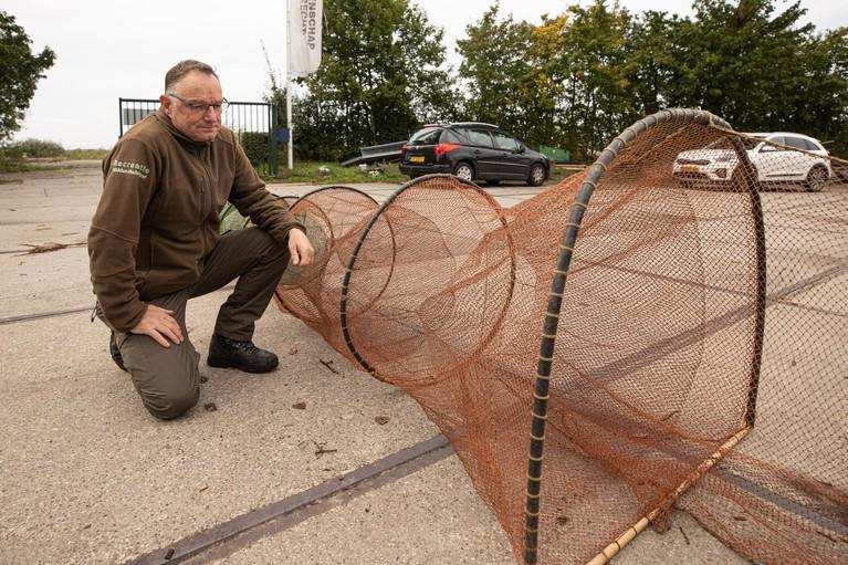 Veel boosheid over illegaal vangen paling: Met twintig man achter stroper aan