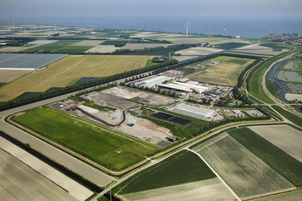 De Stortlocatie Wieringermeer, helemaal rechts de bebouwing van Medemblik.