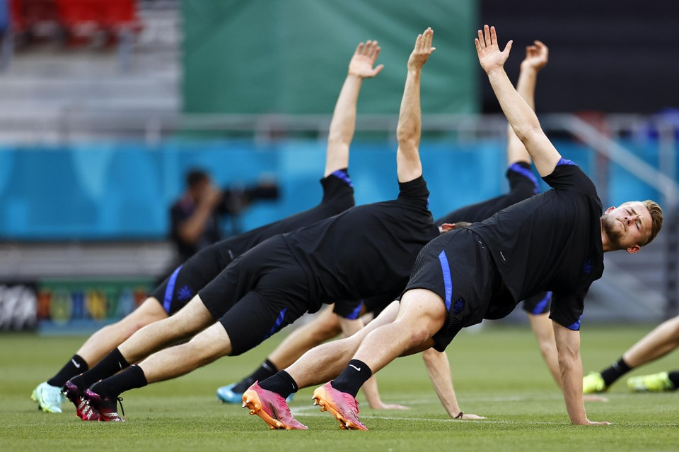 Matthijs de Ligt, en andere leden van het Nederlands elftal, tijdens een trainingssessie in Boedapest in juni van dit jaar.