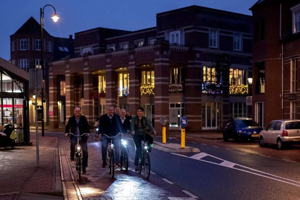 Ron Toekook, gedeputeerde Jeroen Olthof, en de wethouders Gaatze de Vries en Brigitte van den Berg op de fiets bij het Gildenplein.