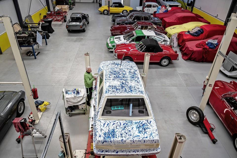 Het pand van autorestauratiebedrijf Strada e Corsa was anderhalve week het atelier van Jim Beuks.