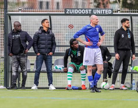 Oud-Ajacied Steven Pienaar speelde Champions League en op het WK en is nu trainer van SV Robinhood in de kelderklasse: 'Af en toe doe ik op de training mee, om te laten zien hoe het wél moet. Dan dwing je ook respect af'