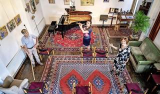 Coronafonds van 't Mosterdzaadje in Santpoort-Noord geeft 16.000 euro aan noodlijdende musici: 'Een schrale troost, want een luisterend publiek is voor hen nog veel belangrijker', zegt Paula Blom [video]