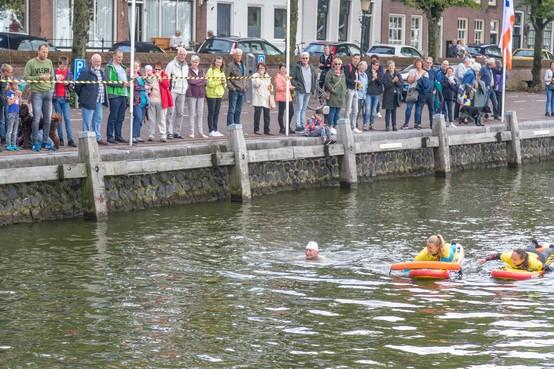 Blije gezichten tijdens omlijstend programma IJsselmeermarathon in Medemblikse haven