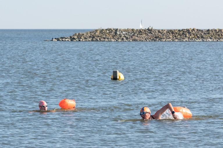 Dorien Kuin en Gerda Holla kunnen hun sportieve routine gewoon voortzetten: de kick van wekelijkse duik in het open water [video]