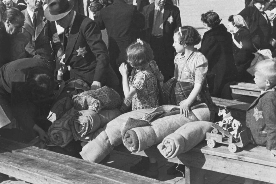 Het gezin Delden wachtend op deportatie naar Westerbork.