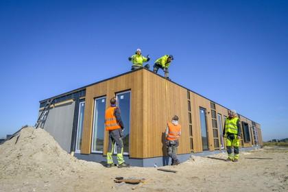 Bouwvakkers van Belgisch bedrijf werken door in De Tuunen met het risico niet terug te kunnen