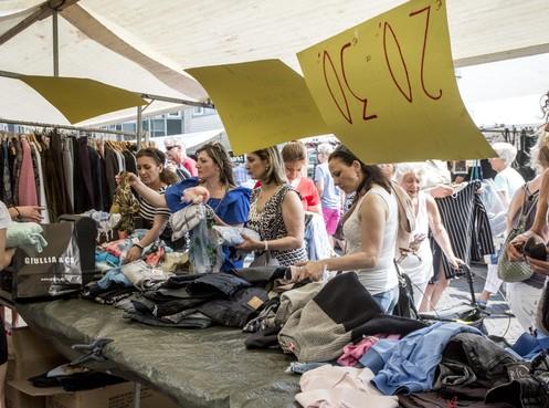 300 kramen op jaarmarkt aan de Raadhuisstraat en Binnenweg in Heemstede