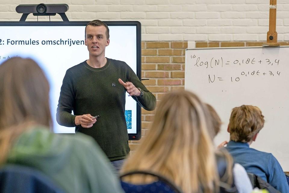 Menno Lagerwey van 'Math with Menno' geeft les aan leerlingen van de BSG.
