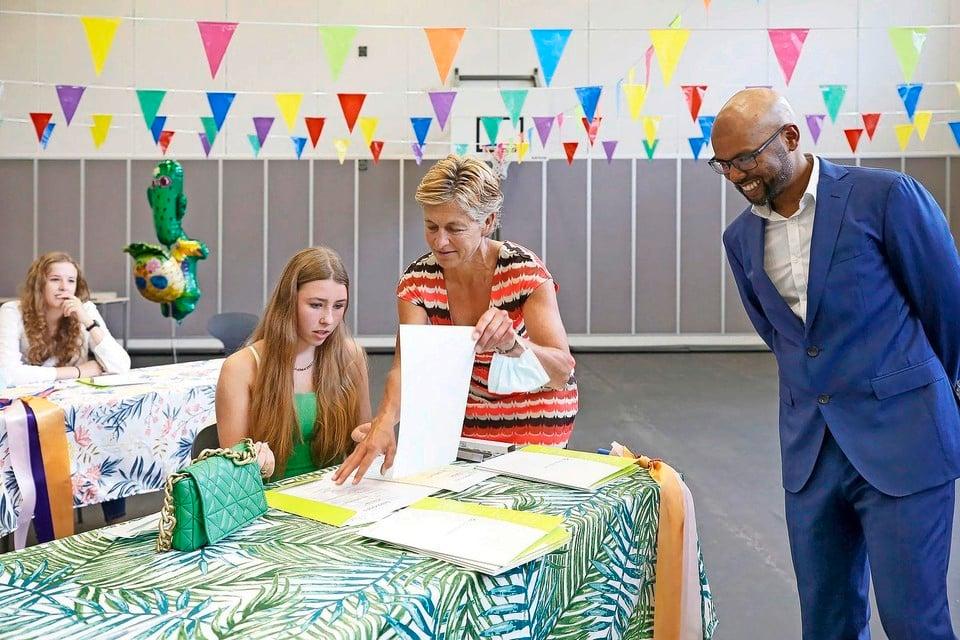 De mentoren van Gtl 4A, Betty van Dijk en Kunal Ruitenburg laten Rosaly Smit haar diploma tekenen.