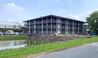 Huisvesting circa honderd werknemers op eigen terrein in nagelnieuw appartementencomplex Borst Bloembollen in Obdam