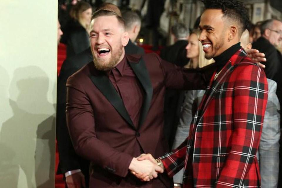 Conor McGregror en Lewis Hamilton tijdens de British Fashion Awards. De ene sporter eet het liefste steak, de andere is vegan.