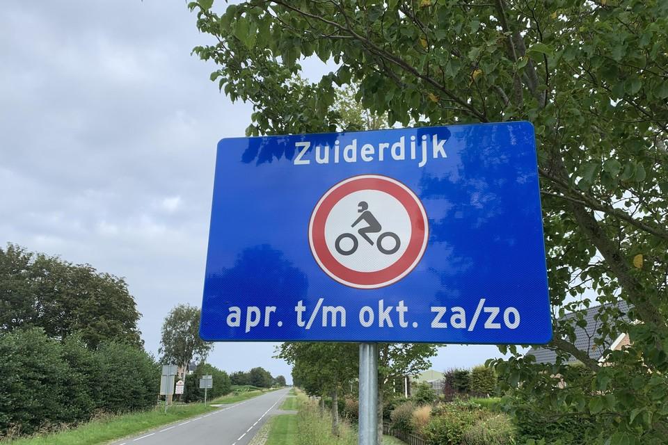Motoren worden langs polderwegen richting de Zuiderdijk al gewezen op het motorverbod, zoals hier op de Elbaweg in Hem.
