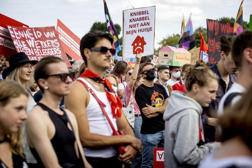 Demonstranten protesteren tegen de problemen op de woningmarkt en eisen hervormingen tijdens het Woonprotest in het Westerpark.