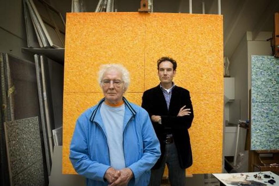 Jan Wolkers en Onno Blom in 2007 op Texel bij zijn laatste werk, geïnspireerd op de herfstbladeren van de tulpenboom in zijn tuin.