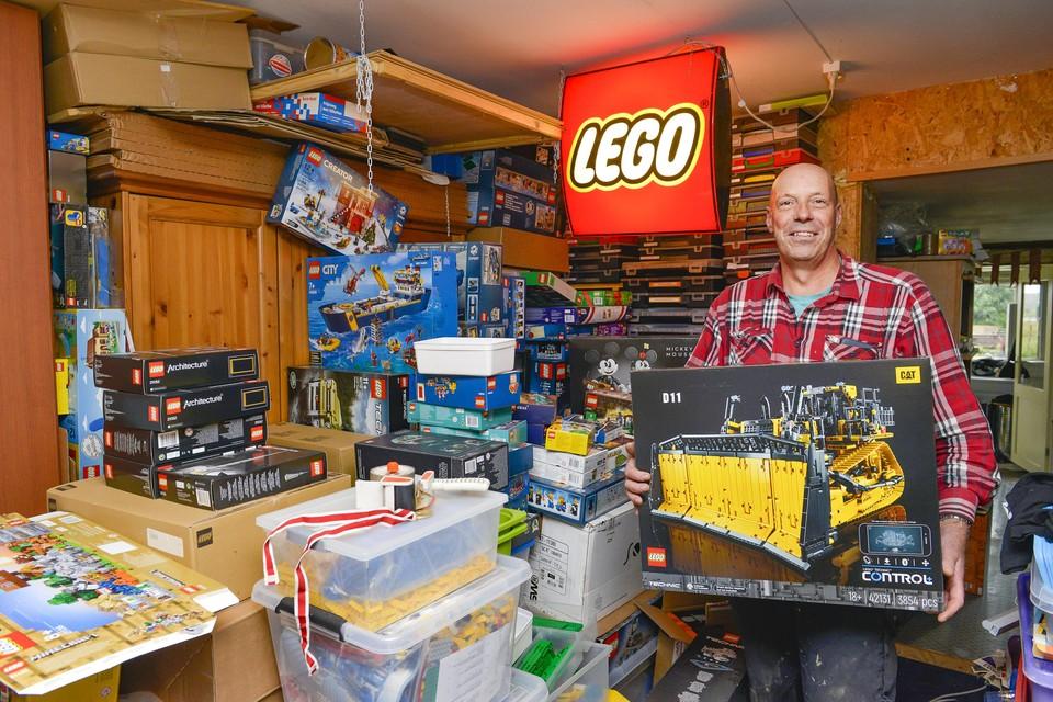 Erik Bakker in de 'Lego-kamer' in zijn woning.