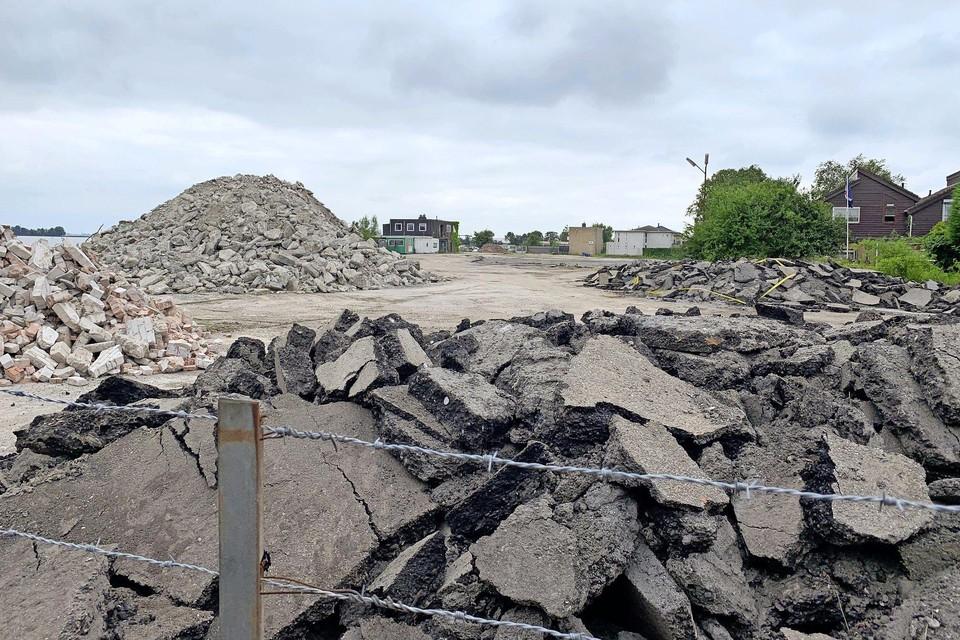 De hopen met puin aan de boorden van het Alkmaardermeer. Hier en daar zit er een lint omheen met een waarschuwing voor asbest.