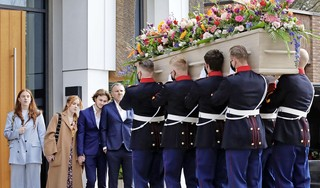 Indrukwekkend laatste eerbetoon aan Bibian Mentel bij Crematorium Laren. 'Ze was één brok inspiratie' en 'Ik was ook ziek en heb me echt aan haar opgetrokken'