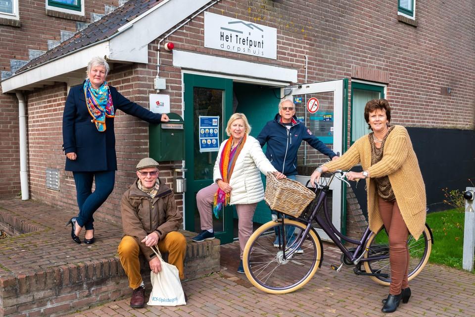 Vrijwilligers van dorpshuis Het Trefpunt, dat extra steun van de gemeente goed kan gebruiken. Van links naar rechts: Astrid van Altena, Pieter Kaars, Agnes Boes, Arie Stooker en Erna Visser.