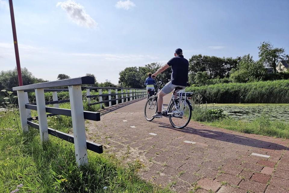 De brug van de Van Foreestweg naar Vogelzand. Met geschilderde leuningen.