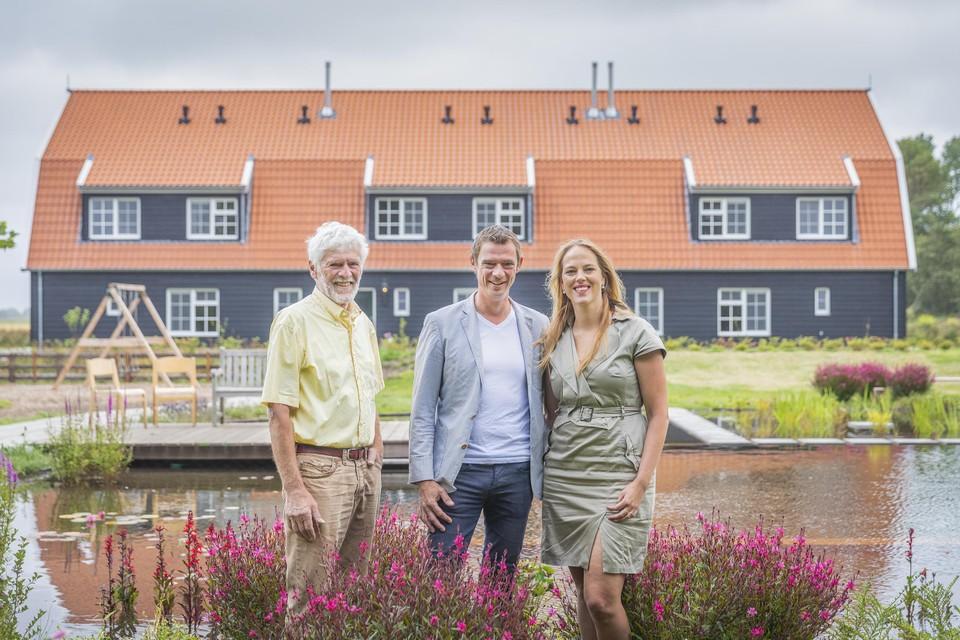 Martijn Eelman (midden) heeft met Nieuw Leven Texel de best beoordeelde accomodatie in Den Burg volgens Booking.com.