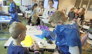 Kleding maken van vuilniszakken, kartonnen bordjes en frisdrankblikjes én diep nadenken over oplossingen voor mondiaal vraagstuk klimaatverandering: leerlingen degelijk voorbereid naar landelijke 'top'