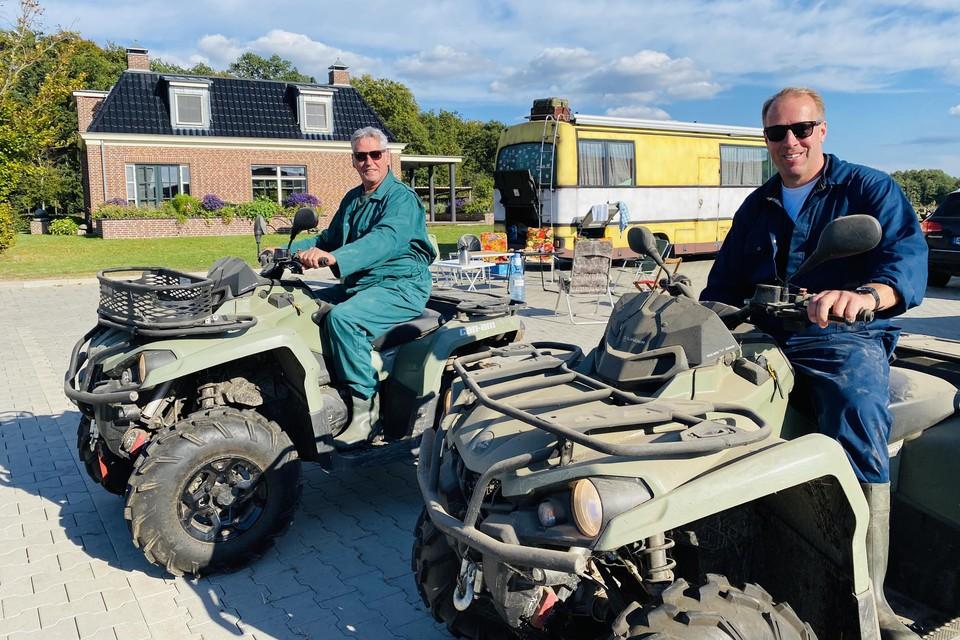 Jan de Vries (rechts) is ook gefilmd tijdens een ritje op de quad met boer Jos. Achter het tweetal het 'West-Friese huis' van de geboren Nibbiker.