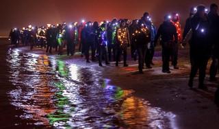'We' kunnen straks toch met duizenden anderen wandelen door een sprookjesachtig verlicht Egmond. De Fjoertoer 2020 krijgt groen licht. Hij wordt wel over twee avonden verspreid