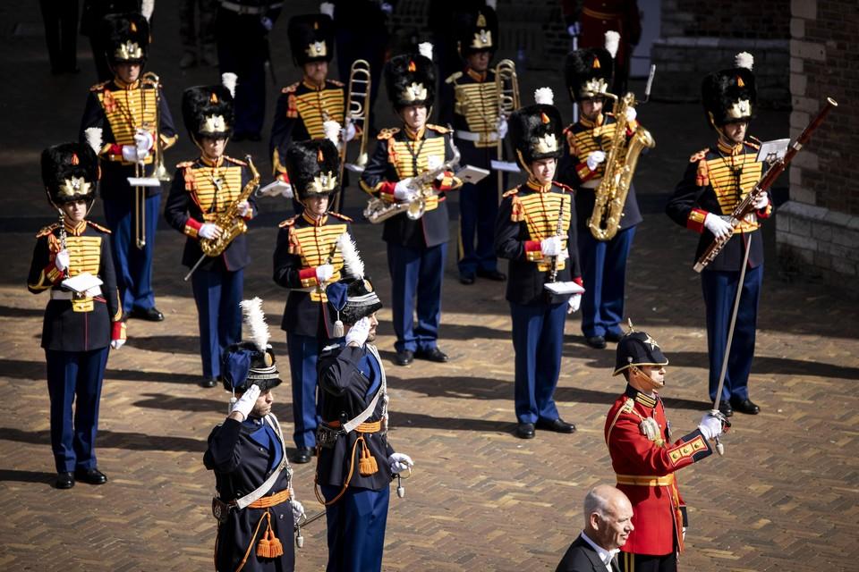 Leden van de militaire erewacht stellen zich op bij de Grote of Sint-Jacobskerk op Prinsjesdag.