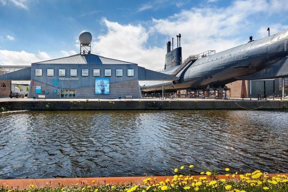 De entree van het museum tegenover de zeedijk.