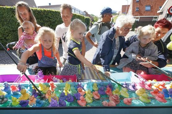Zoveel mogelijk eendjes op het droge halen voor een mooie beloning op de kermis van Warmenhuizen