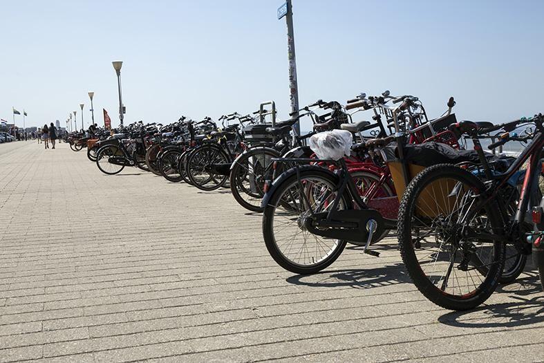 rijen fietsen op de boulevard.