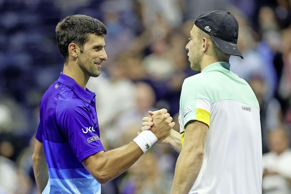 Tallon Griekspoor feliciteert Novak Djokovic met zijn zege.