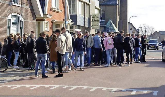 Straatfeest met 300 mensen in De Goorn door politie beëindigd; politie gebruikt wapenstokken [video]