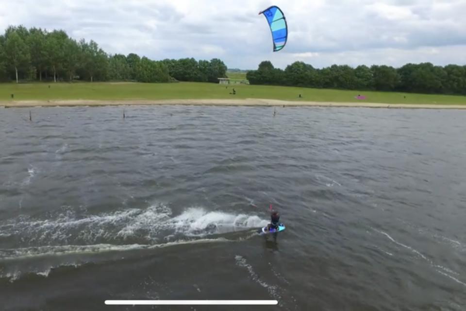 De gemeente Huizen is niet blij dat Blaricum het kitesurfen bij Blaricum Beach heeft verboden.