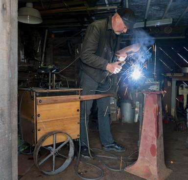 Schuit bouwen bij Sail; vader en zoon maken met historische werktuigen een modern vaartuig