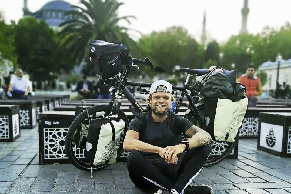 Aangekomen in de Turkse stad Istanboel, met op de achtergrond de Blauwe Moskee.