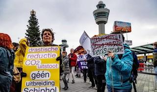 Klimaatactivisten voeren in badkleding actie op Schiphol