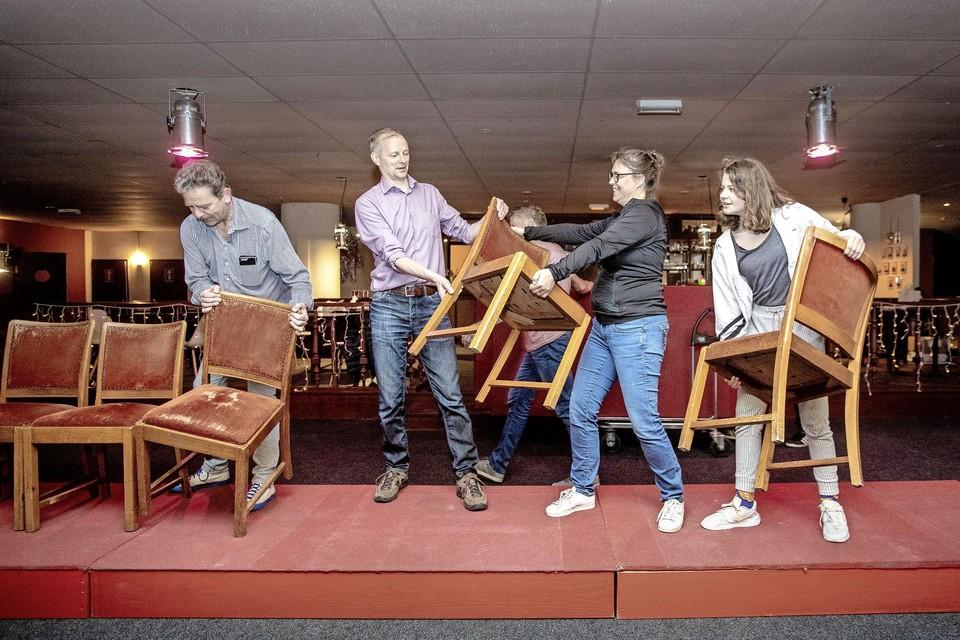 De stoelen uit het Kraaktheater krijgen een nieuwe plek.