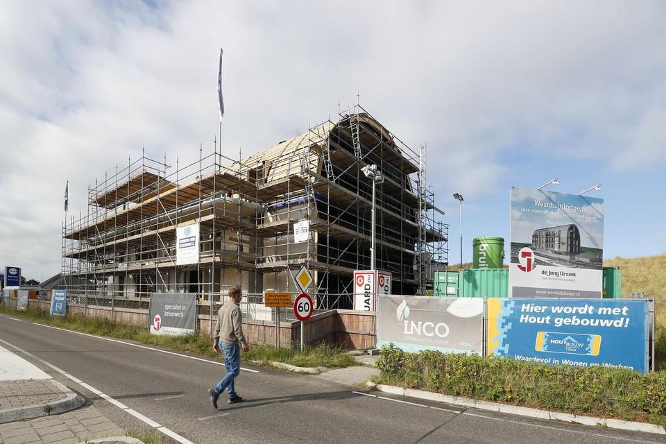 De bouw van het nieuwe appartementencomplex schiet al aardig op.