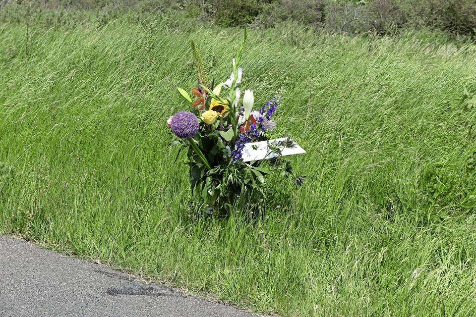 Bloemen langs de Zeeweg op de plek waar het ongeluk gebeurde.