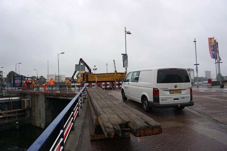 Wilhelminabrug in Zaandam potdicht voor auto's, fietsers en wandelaars