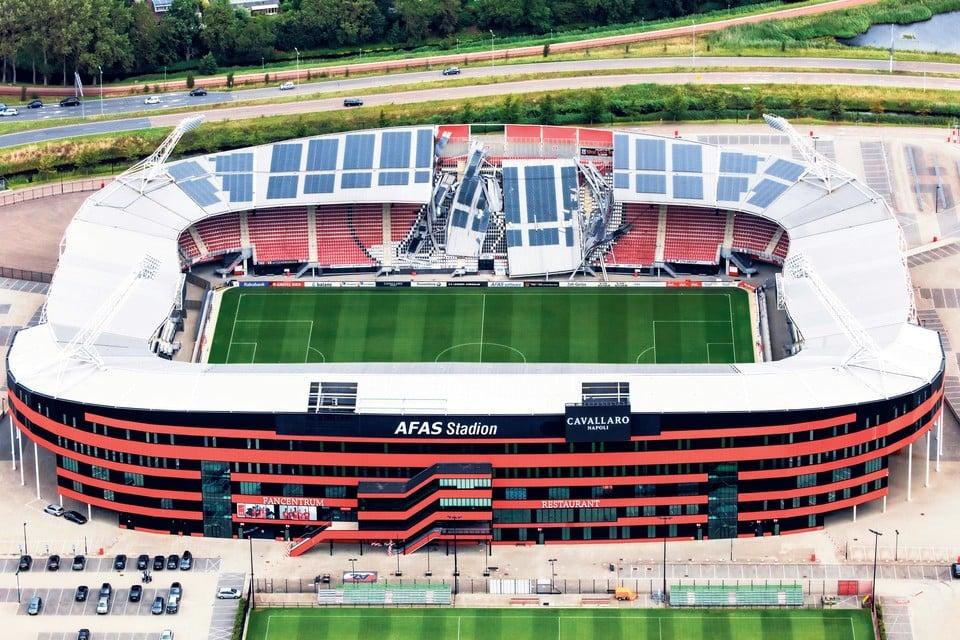 Het stadion van AZ met het ingestorte dakdeel in augustus vorig jaar.