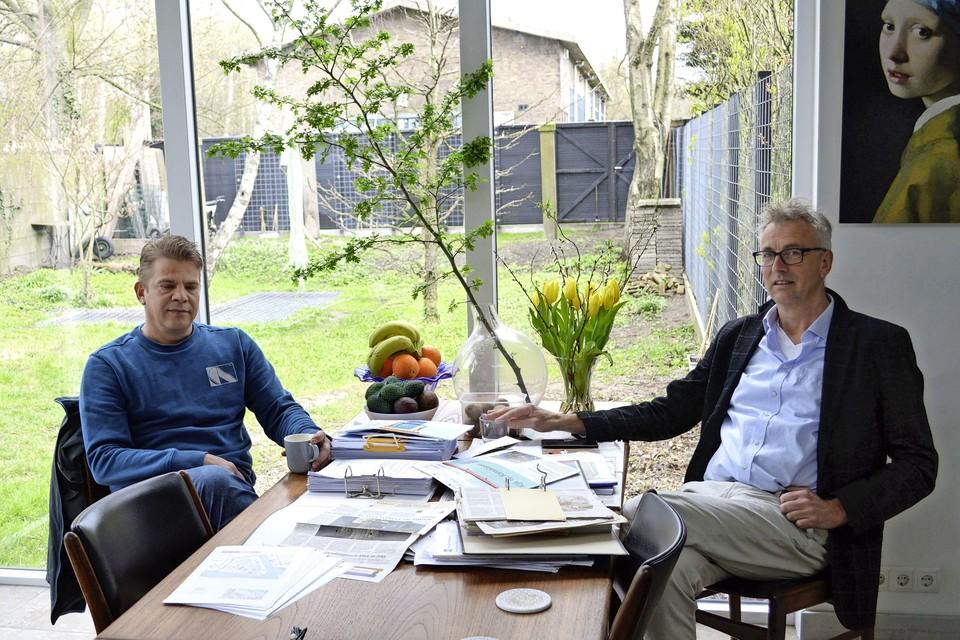 Sander Vet (l) en Edwin Luitjes praten al jaren mee over het Hembrugterrein.