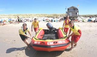 Een dag bij de reddingspost op strand Julianadorp. 'Meneer, was die mevrouw net bijna verdronken?'