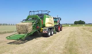 Werken met mooi weer balen? Niet voor West-Friese veehouders, want die oogsten juist volop grasbalen: 'Kwaliteit van de vijfde snee is verrassend goed' [video]