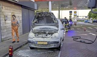 Auto vliegt in brand tijdens het tanken in Hoofddorp