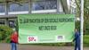 Lokaal Landsmeer en SP hangen spandoek op bij gemeentehuis: 'Gemeente moet meer doen om sociale huurwoningen te regelen voor Landsmeerders'