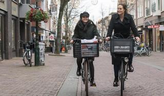 Hoe boksen de lokale winkels op tegen Zalando en bol.com? Ze springen met de bestellingen in de auto of stappen op de fiets. 'Ze willen dat we er straks ook nog zijn. Wij hebben de gunfactor'